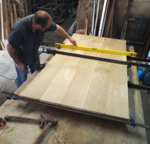 Clamping and glueing a table top